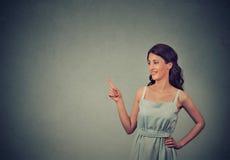 Vrouw tonen die met vinger op exemplaarruimte richten voor product of tekst Royalty-vrije Stock Foto