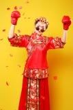 Vrouw in traditionele Chinese kostuum en bokshandschoenen royalty-vrije stock foto's