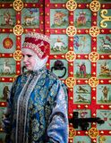 Vrouw in traditionele Russische kleding royalty-vrije stock foto