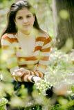 Vrouw in tuin Stock Afbeelding