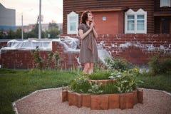 Vrouw in tuin royalty-vrije stock fotografie
