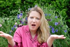 Vrouw in tuin het gesturing royalty-vrije stock afbeeldingen