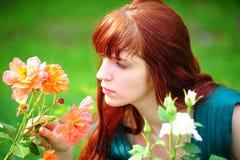 Vrouw in tuin van rozen Royalty-vrije Stock Foto's