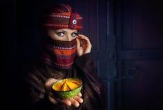 Vrouw in tulband met geel kruid Royalty-vrije Stock Foto
