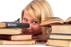 Vrouw tussen boeken stock afbeeldingen