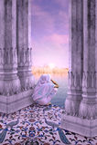 Vrouw tussen kolommen Stock Afbeeldingen