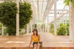 Vrouw tussen witte die lijnen door architecturale elementen worden gevormd Stock Afbeelding