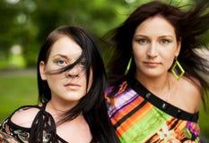 Vrouw twee in de zomerpark Stock Fotografie