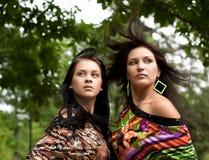 Vrouw twee in de zomerpark Royalty-vrije Stock Foto's