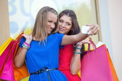 Vrouw twee die beelden van zich neemt Royalty-vrije Stock Fotografie
