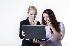 Vrouw twee die het computerscherm bekijken royalty-vrije stock foto's