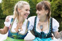 Vrouw twee in Dirndl Royalty-vrije Stock Fotografie