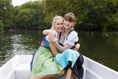 Vrouw twee in een het roeien boot Stock Fotografie