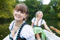 Vrouw twee in een het roeien boot Stock Foto