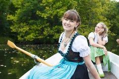 Vrouw twee in een het roeien boot Stock Foto's