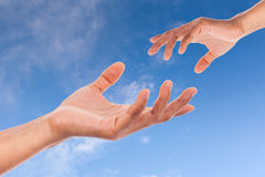 Vrouw twee hand op hemel Royalty-vrije Stock Afbeeldingen