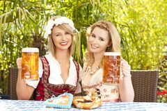 Vrouw twee met dirndl en bier Stock Afbeeldingen