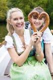 Vrouw twee met pretzel Stock Afbeeldingen