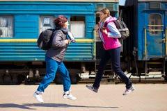 Vrouw twee met rugzak bij station in werking dat wordt gesteld dat royalty-vrije stock fotografie