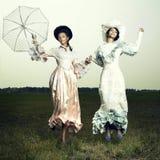Vrouw twee in uitstekende kleding Royalty-vrije Stock Foto's