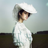 Vrouw in uitstekende kleding Stock Afbeeldingen