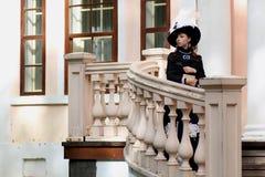 Vrouw in uitstekende kleding op portiek van kasteel Royalty-vrije Stock Fotografie