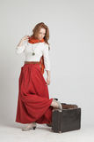 Vrouw in uitstekende rode rok met koffers Stock Fotografie