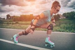 Vrouw in uitstekende rolschaatsen stock foto's