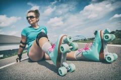 Vrouw in uitstekende rolschaatsen stock afbeelding