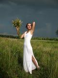 Vrouw vóór onweersbui Stock Fotografie