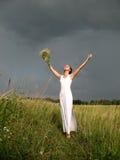 Vrouw vóór onweersbui Stock Afbeelding