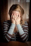 Vrouw van Ayoung nam haar handengezicht Stock Fotografie