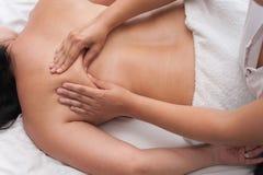 Vrouw in van de de massagetherapie en schoonheid van de kuuroordsalon behandelingen Stock Foto