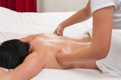 Vrouw in van de de massagetherapie en schoonheid van de kuuroordsalon behandelingen Royalty-vrije Stock Foto