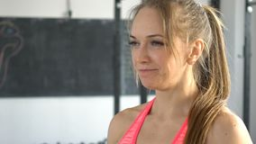 Vrouw van de portret de aantrekkelijke geschiktheid in een gymnastiek stock video