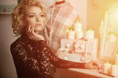 Vrouw van de schoonheids de rijke luxe zoals Marilyn Monroe Mooie fashiona Stock Afbeeldingen