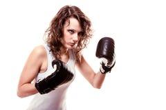 -vrouw van de Sportbokser in zwarte handschoenen Geschiktheidsmeisje opleidingsschop het in dozen doen Royalty-vrije Stock Foto