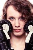 -vrouw van de Sportbokser in zwarte handschoenen Geschiktheidsmeisje opleidingsschop het in dozen doen Royalty-vrije Stock Fotografie