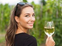 Vrouw van de wijn de proevende toerist stock afbeelding