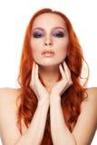 Vrouw van Eerlijke huid met schoonheids lang krullend rood haar Geïsoleerde achtergrond Royalty-vrije Stock Afbeelding