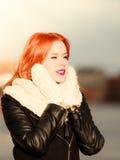 Vrouw van het schoonheids de rode haar in warme kleding openlucht stock afbeeldingen