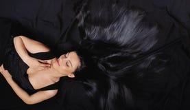 Vrouw van manier de sensualiteit gesloten ogen met lang helder zwart haar Royalty-vrije Stock Afbeeldingen