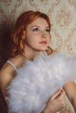 Vrouw van portret de Victoriaanse redhair met witte veerventilator Stock Afbeelding