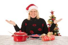 Vrouw van rijpe leeftijd alleen gelukkig met Kerstmis stock foto's