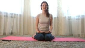 Vrouw van yoga thuis meditatie Het concept fitness, sporten, opleiding en levensstijl stock videobeelden