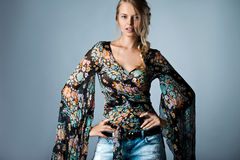 Vrouw in veelkleurige blouse Stock Fotografie