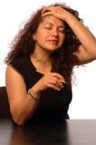 Vrouw in verergerd bureau stock fotografie