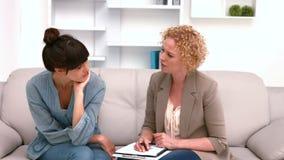 Vrouw in vergadering met een psycholoog stock video