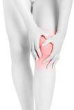 Vrouw vermoeide benen met handen wat betreft knie, het knippen weg Stock Foto's