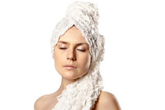 Vrouw verpakte handdoek op wit Royalty-vrije Stock Foto's